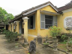 Sự kết hợp hoàn hảo giữa một ngôi nhà 3 gian làm tiền đường của phủ thờ với hàng cột hiên và những chi tiết trang trí kiểu Âu ở phần móng